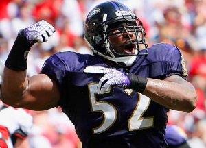 Ray Lewis, apoyador defensivo de los Cuervos de Baltimore.